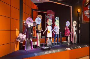 """Fotografia della sezione """"consumerism"""" mostra al V&A Museum London"""